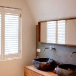 Door het aanbrengen van de verf in meerdere lagen zijn Wehlton Shutters vochtbestendig en kunnen ze probleemloos in badkamers worden toegepast.